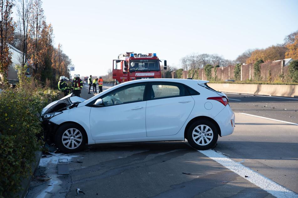 In Frechen (Rhein-Erft-Kreis) sind am Samstag drei Autos in einen schweren Unfall auf der A4 verwickelt worden.