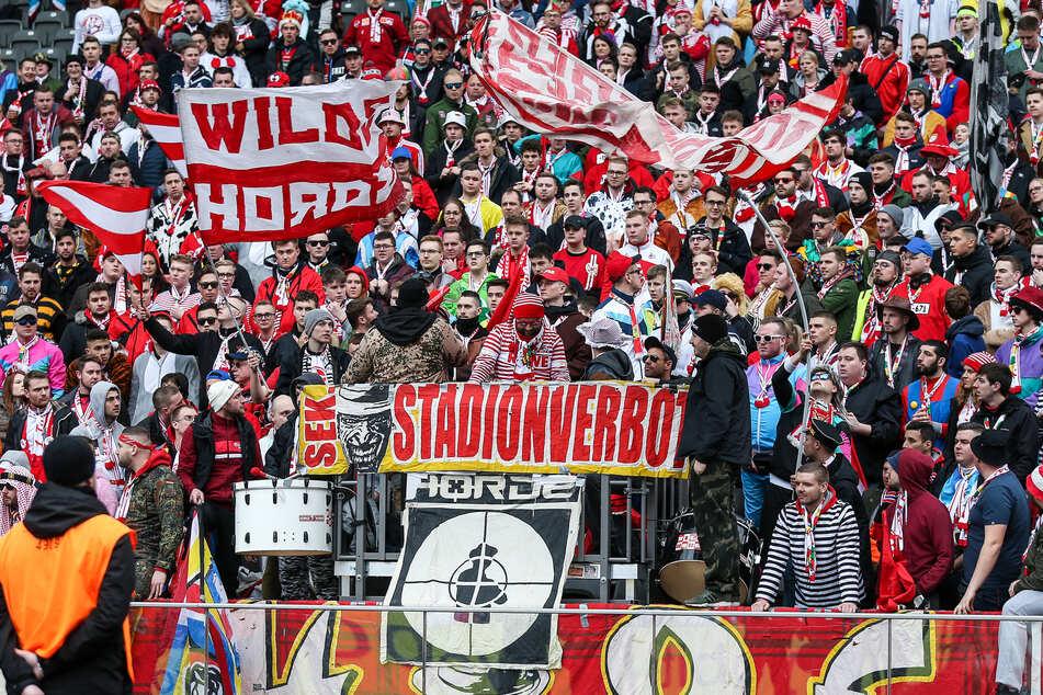 Möglicherweise werden die Fans bei Bundesligaspielen in NRW wegen des Coronavirus' bald ausgesperrt (Archivbild).