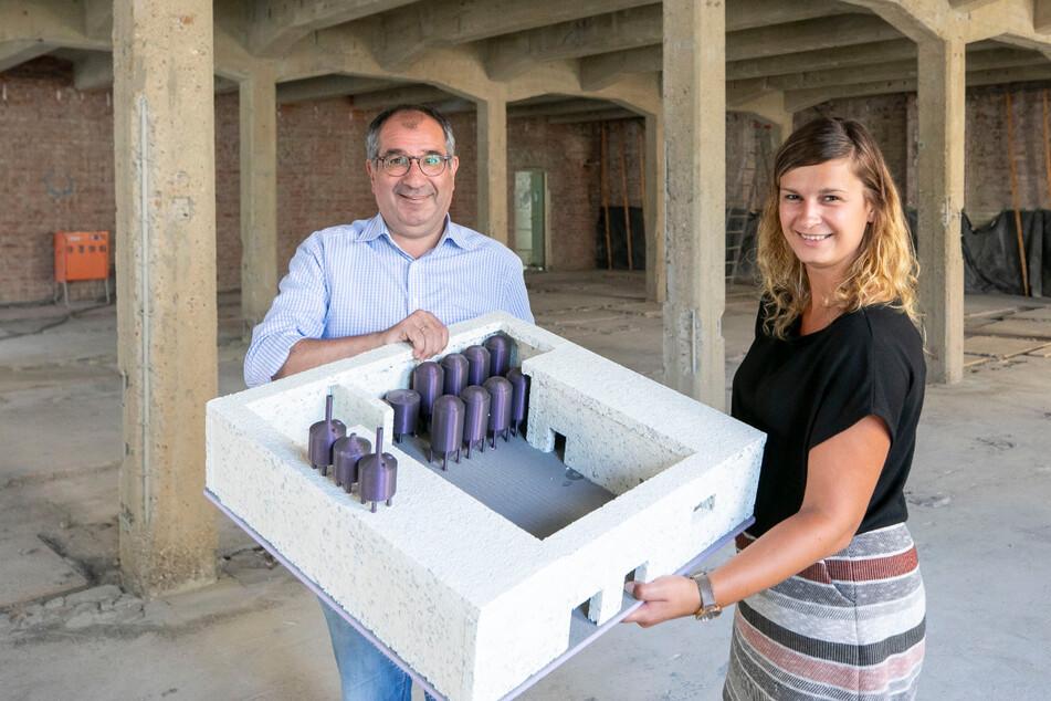 Sophia Vatterodt (29) und Francisco Arroyo-Escobar (53) mit einem Modell der künftigen Brauerei. Zu sehen sind die Gärtanks und das Sudhaus.