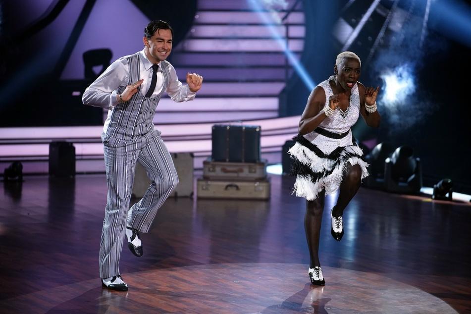 """Auma Obama (61) legte mit Tanzpartner Andrzej Cibis (33) schon einige flotte Tänze auf das Parkett. Kurz vor dem """"Let's Dance""""-Finale wurde sie jedoch aus der Show gewählt."""