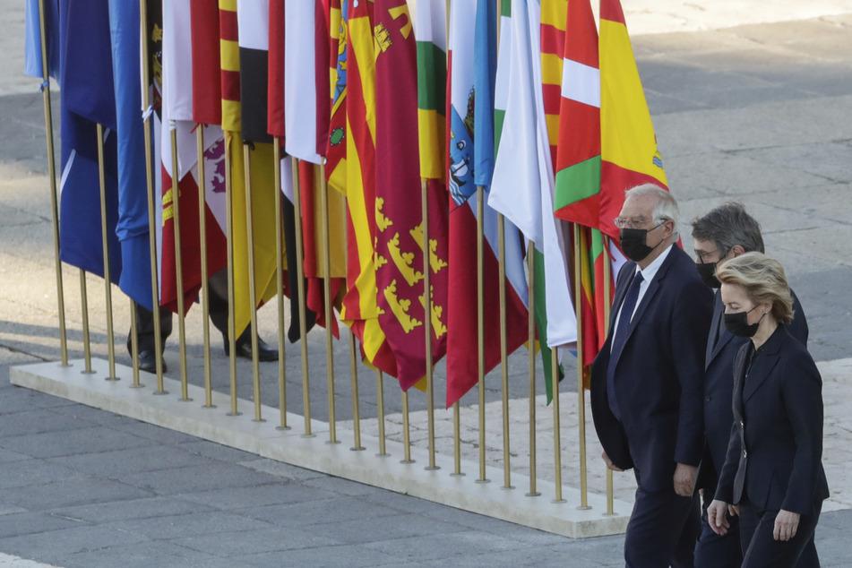EU-Kommissionschefin Ursula von der Leyen (v.r.n.l.) EU-Parlamentspräsident David Sassoli und EU-Außenbeauftragter Josep Borrell nahmen an der Trauerzeremonie in Spanien teil.