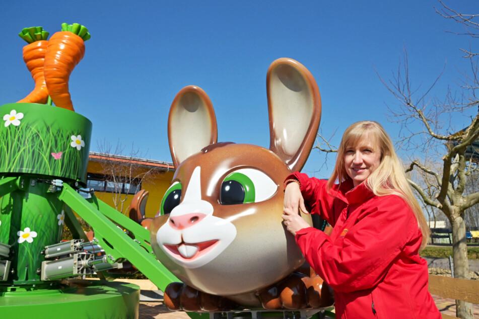 Geschäftsführerin Manuela Schleith (49) steht am neuen Kinderkarussell im Sonnenlandpark.