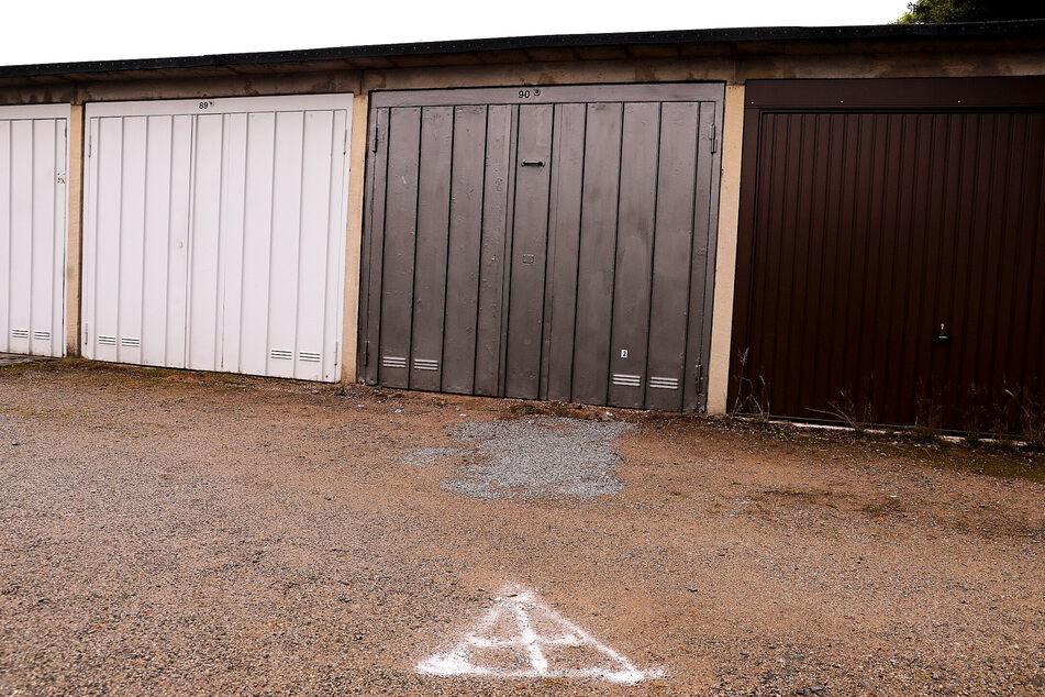Vor diesen Garagen stach der Gesuchte auf die 16-Jährige ein.