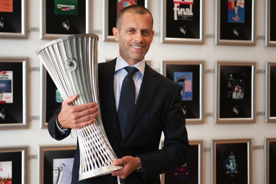 Um diesen neuen Pott geht es: UEFA-Präsident Aleksander Ceferin (53) präsentiert den Pokal für den Conference-League-Sieger.