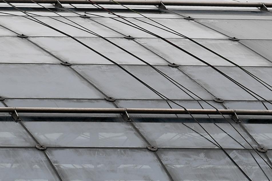 Mann steigt im Dunkeln auf Dach, stürzt durch Glasplatte und stirbt