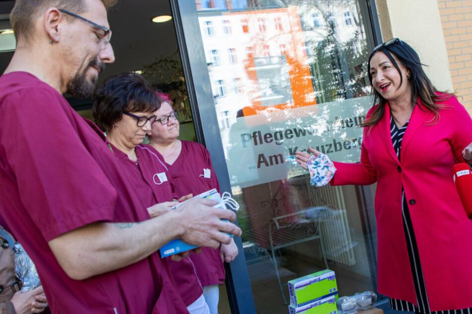 Dilek Kalayci (SPD, r), Senatorin für Gesundheit, Pflege und Gleichstellung, verteilt am Pflegewohnheim Am Kreuzberg Mundschutzmasken an Pflegekräfte.