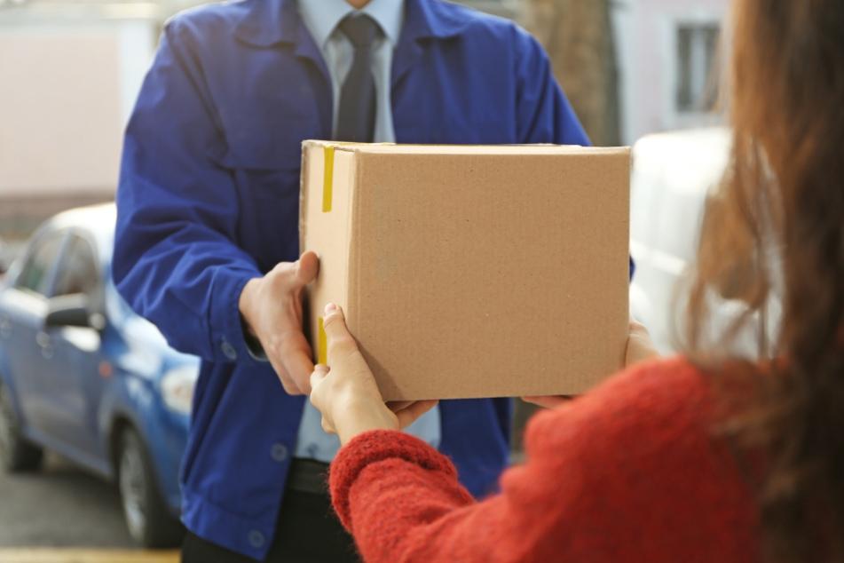 Paketbote soll Mädchen (15) an der Haustür sexuell belästigt haben