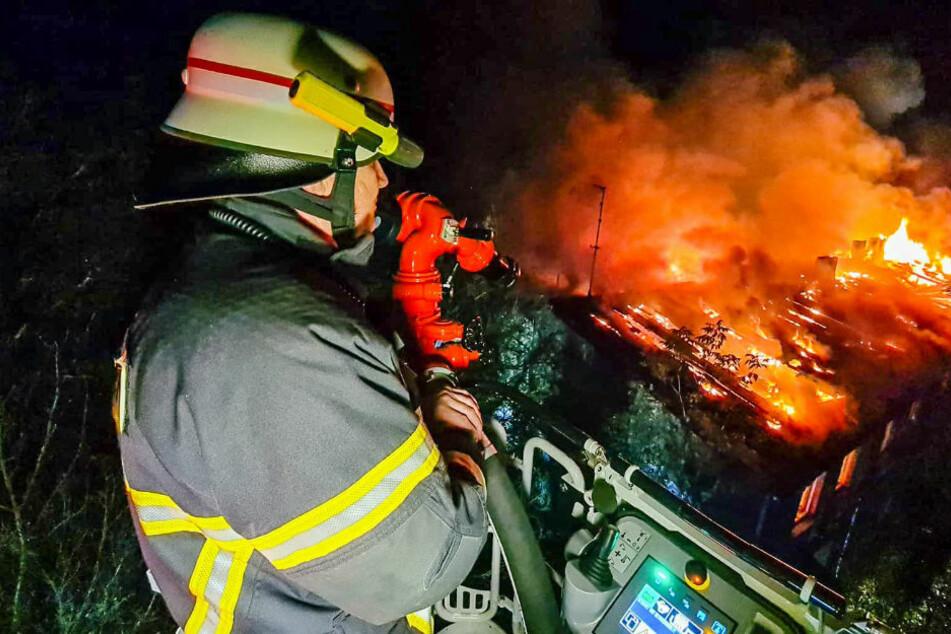 Asbest-Inferno in Zehdenick: Feuerwehr kämpfte mit giftigem Rauch