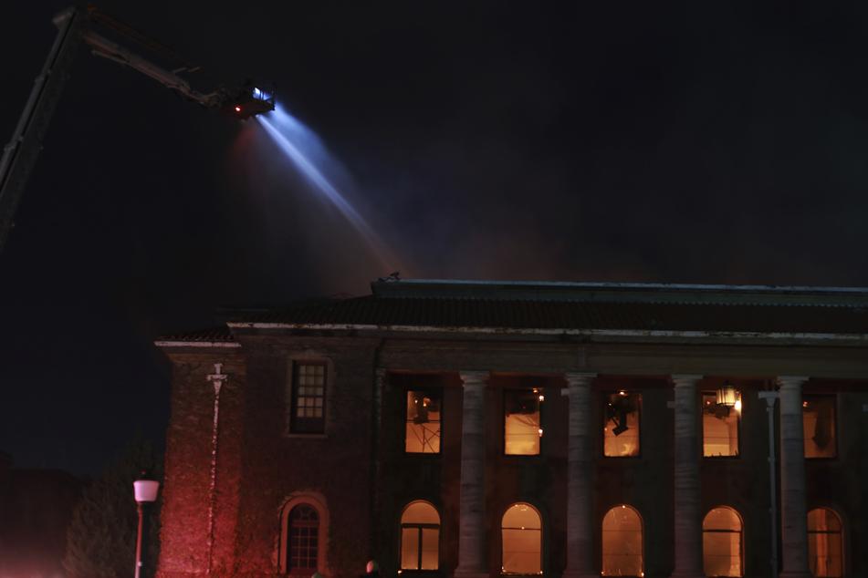 Die Jagger-Bibliothek an der Universität von Kapstadt steht lichterloh in Flammen. Der Waldbrand am Tafelberg griff auf das Gebäude über.