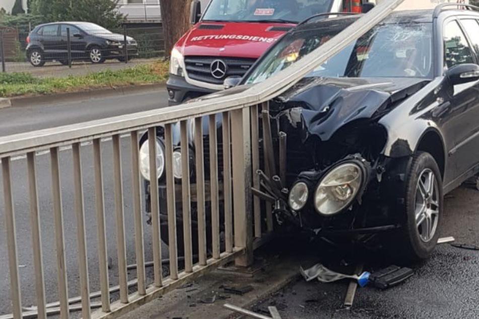 Mercedes kracht in Geländer, doch der Fahrer hat jetzt noch ein anderes Problem