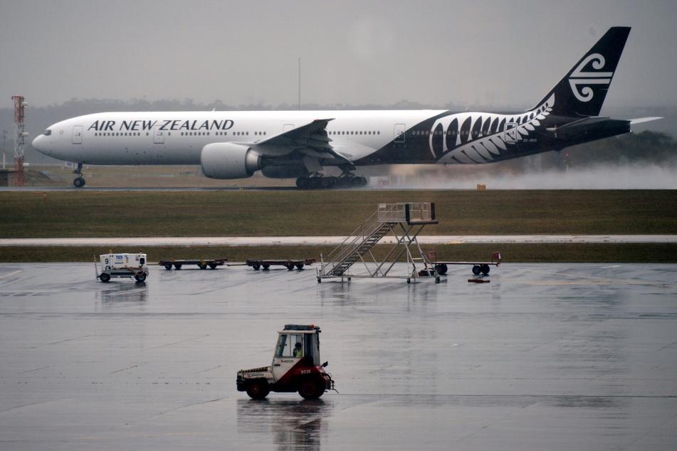 Ein Flugzeug der Air New Zealand steht am Boden. Damit die Quarantäne- und Isolationszentren des Landes in der Corona-Pandemie nicht an ihre Kapazitätsgrenzen geraten, hat die neuseeländische Regierung vorübergehend die Buchung internationaler Flüge eingeschränkt.