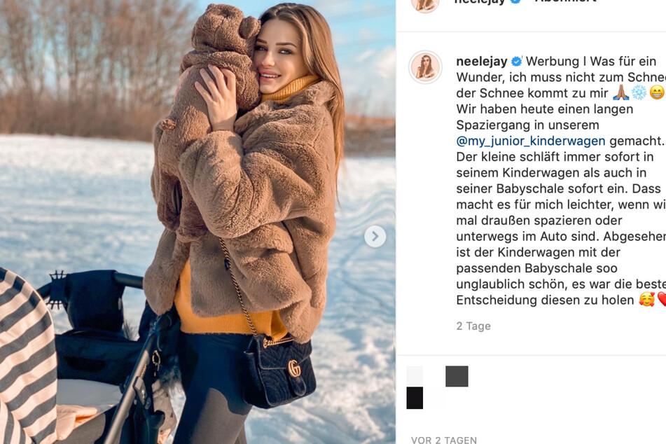 Neele Bronst (24) hält ihren kleinen Löwen auf dem Arm.
