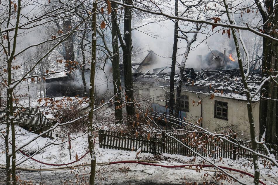 Nach Flammen-Inferno im Erzgebirge: Feuerwehrmann verletzt
