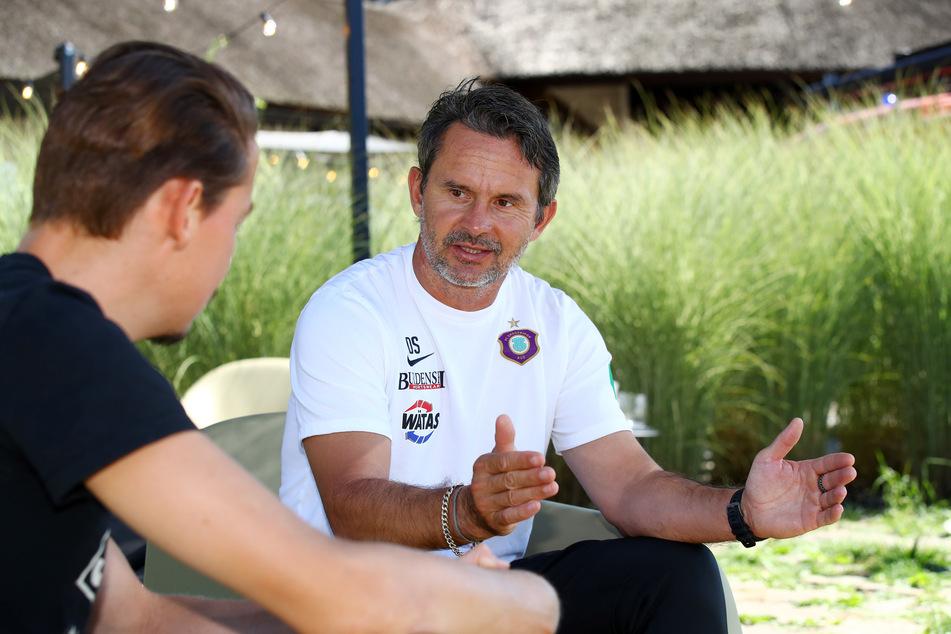 FCE-Coach Dirk Schuster im Gespräch mit Redakteur Michael Thiele.