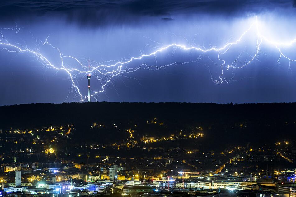 Blitze zucken in einer Nacht in der Nähe von Stuttgart und schlagen nahe des Fernsehturms ein. (Archivbild)