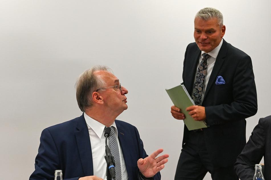 Sachsen-Anhalts Ministerpräsident Reiner Haseloff (66, l.) hat seinen Innenminister Holger Stahlknecht (56, beide CDU) gefeuert.