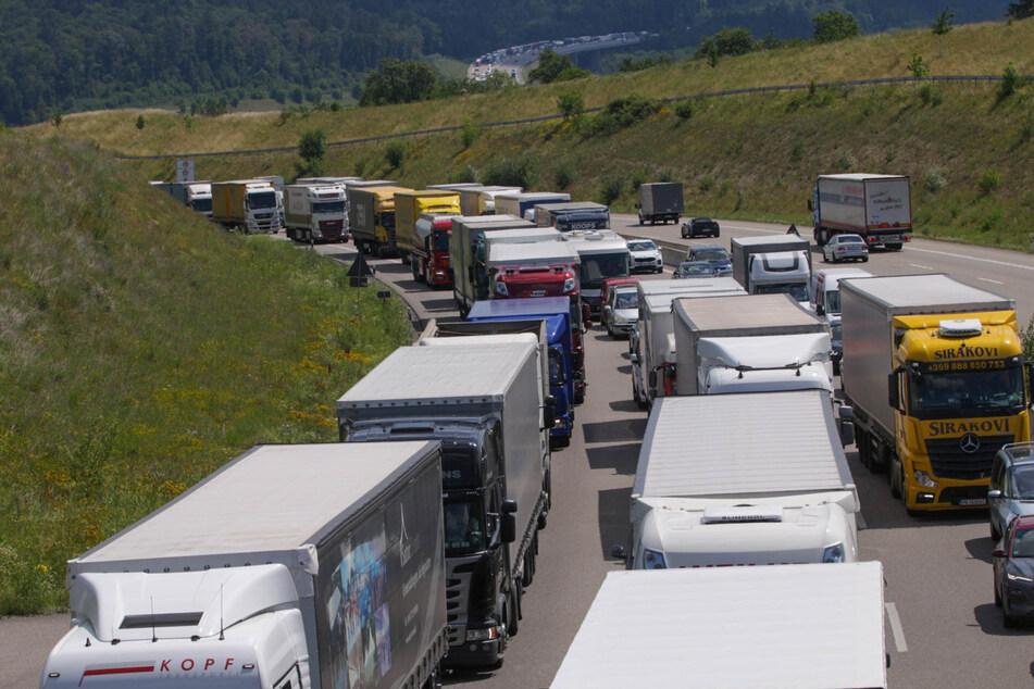 Heftiger Stau nach schwerem Unfall auf der A8