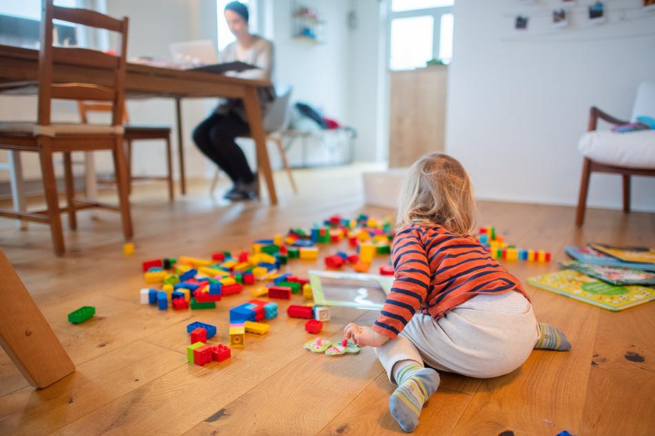 NRW-Landesbeamte bekommen zur Kinderbetreuung mehr Sonderurlaub. (Symbolbild)