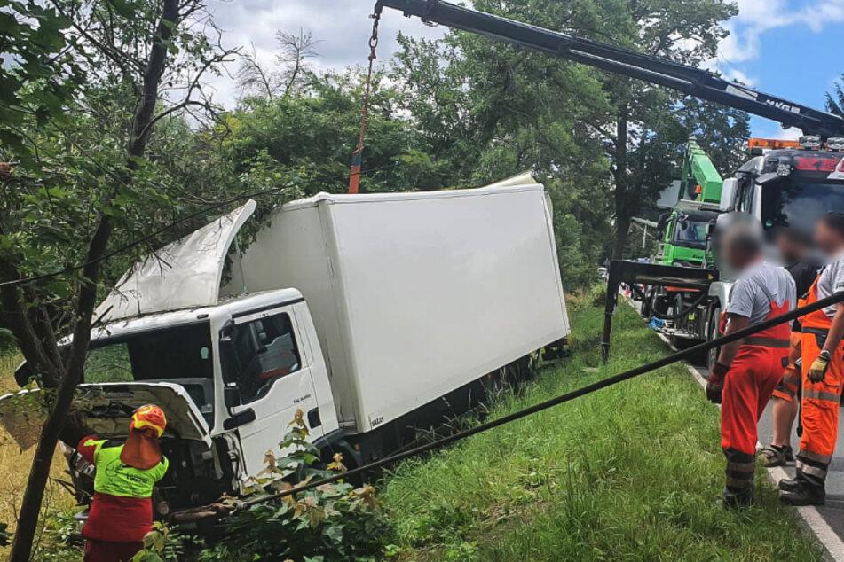 Ein Lkw kam am Dienstag von der B173 ab und landete im Straßengraben.