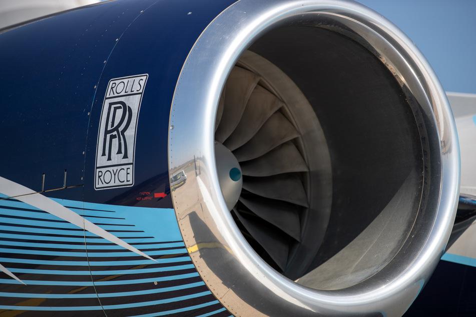 Ein Flugzeugtriebwerk von Rolls-Royce ist an einem Flugzeug zu sehen.
