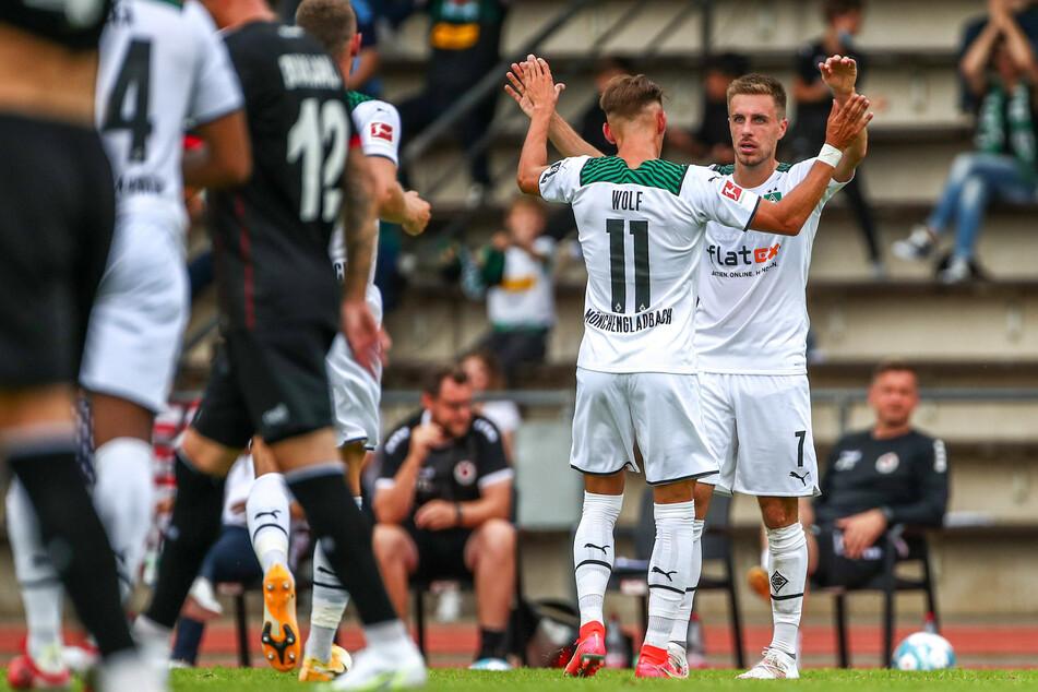 Gladbachs Patrick Herrmann (30, r.) und Hannes Wolf (22) bejubeln den 2:2-Ausgleich gegen Viktoria Köln.
