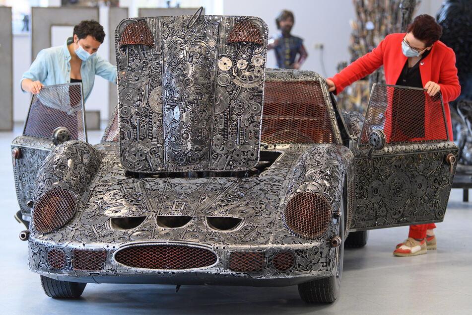 """Wahrlich beeindruckend! Georado-Leiterin Luisa Mac Donnacha (l.) und Projektassistentin Claudia Reier bewundern den aus Zahnrädern gefertigten """"Ferrari GTO 250"""" in Originalgröße."""