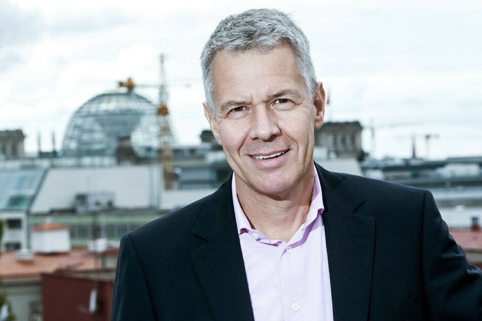 Im RTL-Studio musste improvisiert werden: RTL-Moderator Peter Kloeppel (62) konnte sich nur noch mit der Taschenlampe seines Smartphones anleuchten.