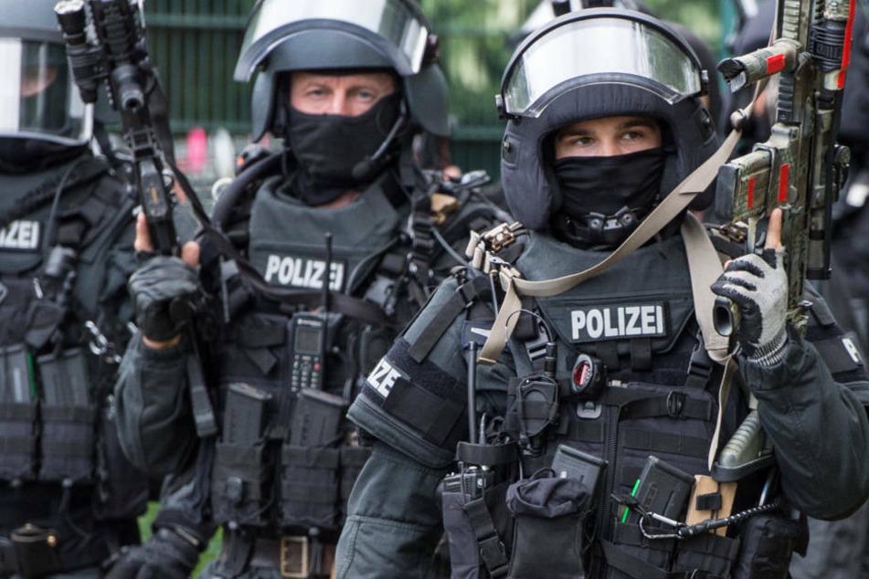 SEK-Einsatz: Mann sticht auf seine Frau ein und verschanzt sich mit Kindern in Wohnung