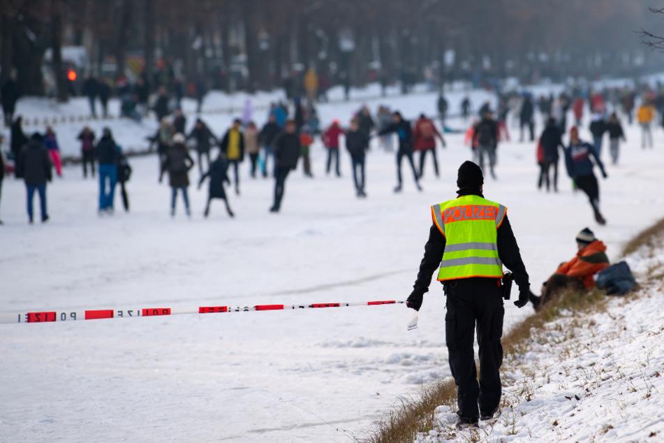 Die Polizei sperrte und räumte die Eisfläche.