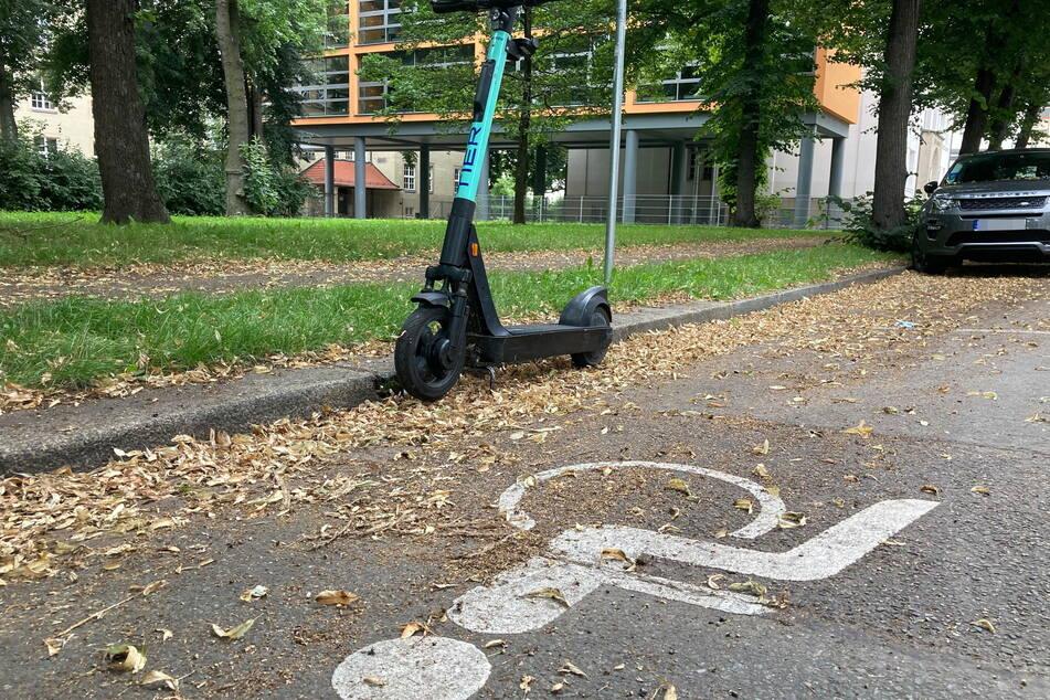 Dieser E-Roller blockiert einen Behindertenparkplatz.
