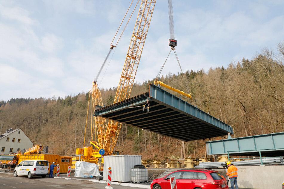 Die Brücke musste in zwei Teilen montiert werden.
