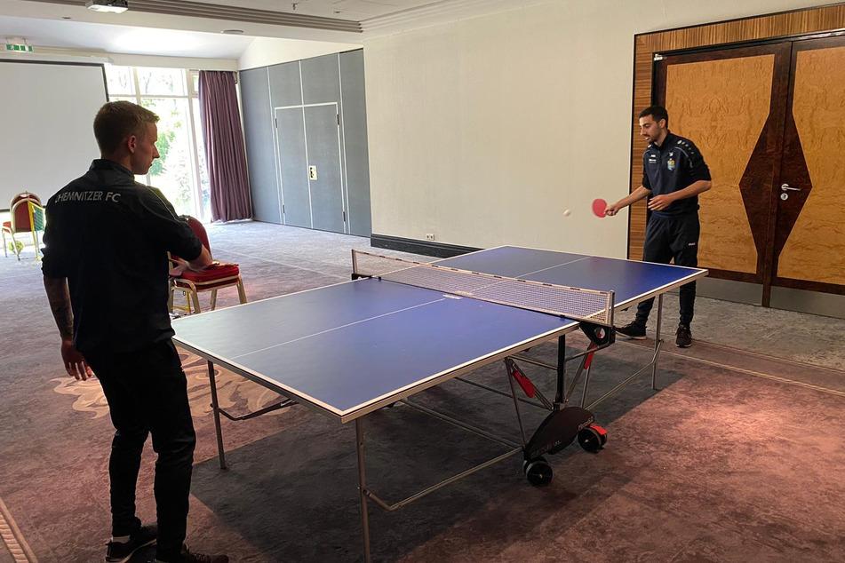 Keine Langeweile im Quarantäne-Hotel: Paul Milde (l.) und Rafael Garcia spielten am Donnerstag eine Partie Tischtennis.