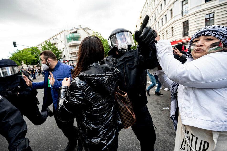 Polizisten drängen am Samstag Teilnehmer der Demonstration verschiedener palästinensischer Gruppen in Neukölln ab.