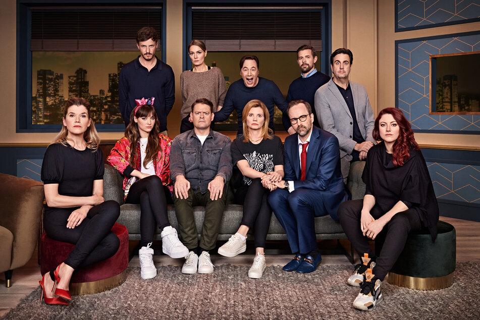 """Drei bekannte Gesichter und sieben neue Teilnehmer werden bei Staffel 2 von """"LOL"""" durch Bully (m., hinten) präsentiert."""