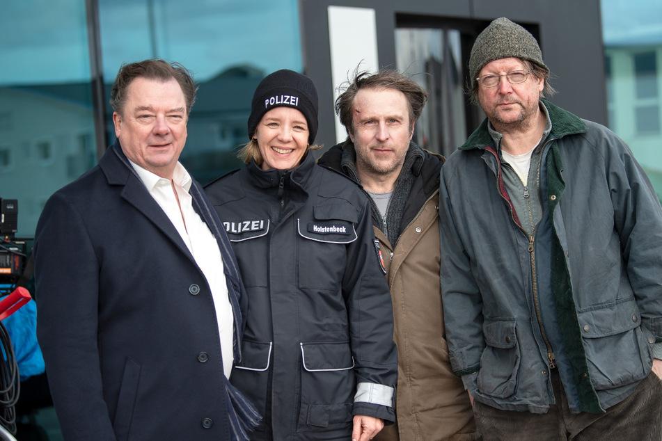 """Peter Kurth (von links nach rechts), Katrin Wichmann, Bjarne Mädel und Matthias Brandt (59) stehen am Set des NDR Fernsehfilms """"Sörensen hat Angst""""."""