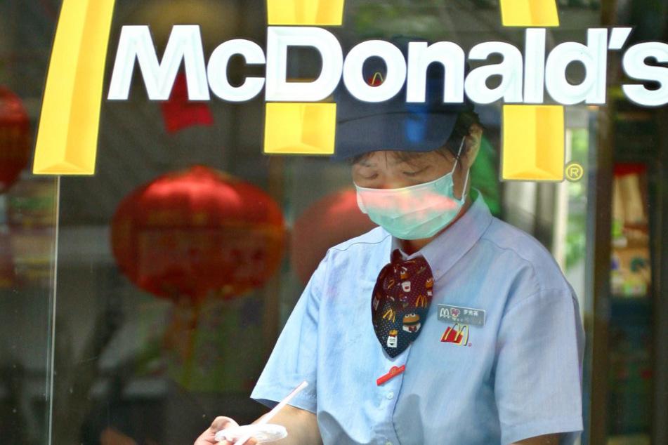 Corona-Test erfunden: McDonald's-Angestellte fälscht Krankenschein, um frei zu haben!