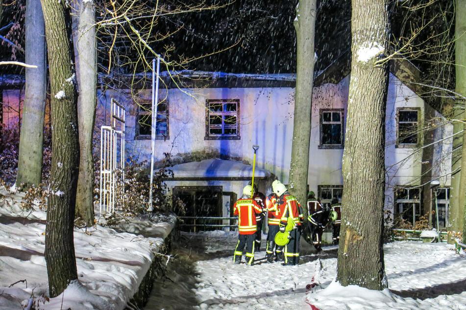 In dem ehemaligen Kaufhaus war am Freitagmorgen ein Feuer ausgebrochen, der Dachstuhl stürzte ein.