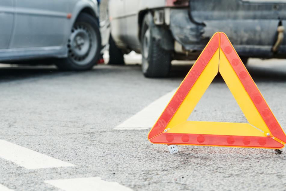 Unfall beim Ausparken: Honda-Fahrerin rammt sechs Autos