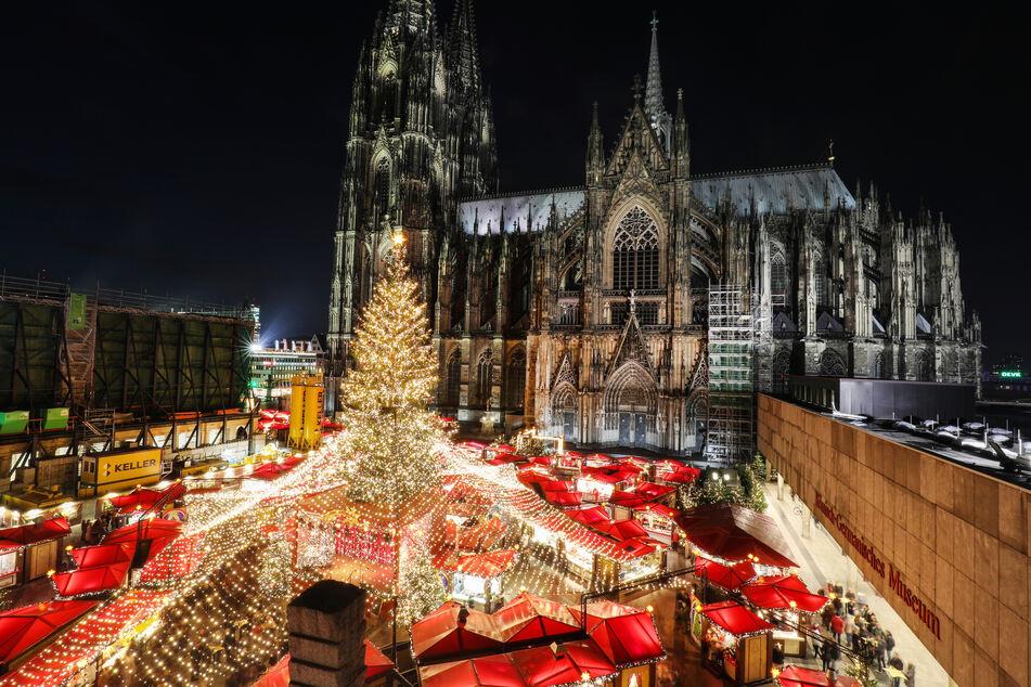 In 2019 strahlte der Domvorplatz in Köln noch in weihnachtlichen Farben. In diesem Jahr soll er wegen Corona aber offenbar abgesagt werden.