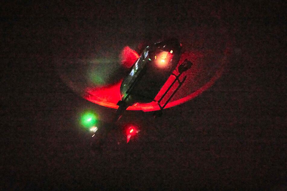 Der Hubschrauber erkannte mithilfe einer Wärmebildkamera zwei Feuerstellen.