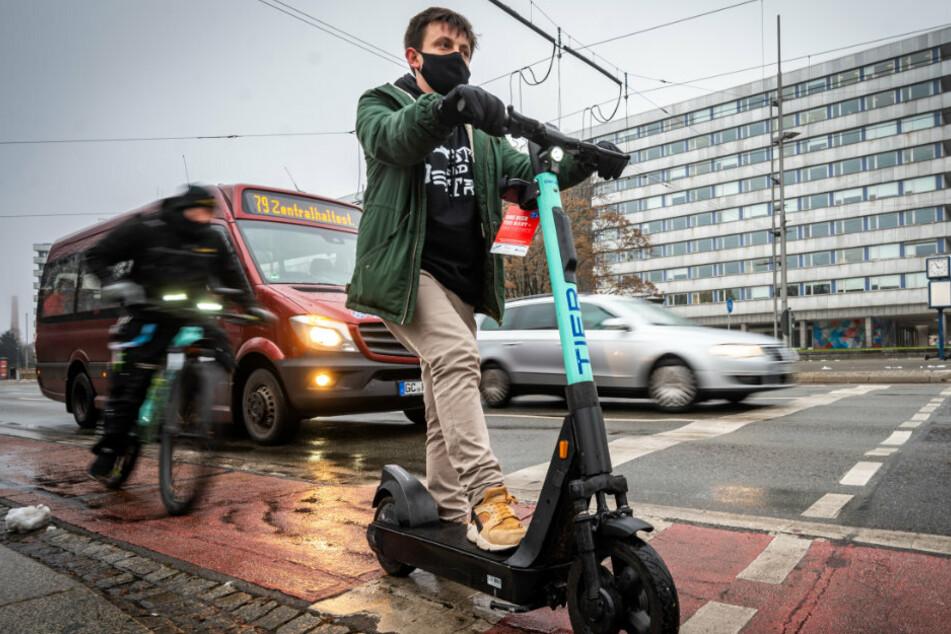 """Mit """"Kickstart"""" durch den Schnee: So schlägt sich der Leih-E-Roller im Chemnitzer Winter"""
