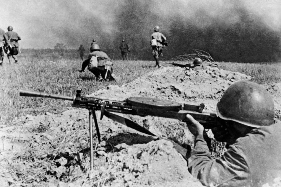 Auch mit Maschinengewehren: Obwohl Hitler einen Nichtangriffspakt mit Stalin geschlossen hatte, startete er am 22. Juni 1941 den Angriff auf die Sowjetunion.