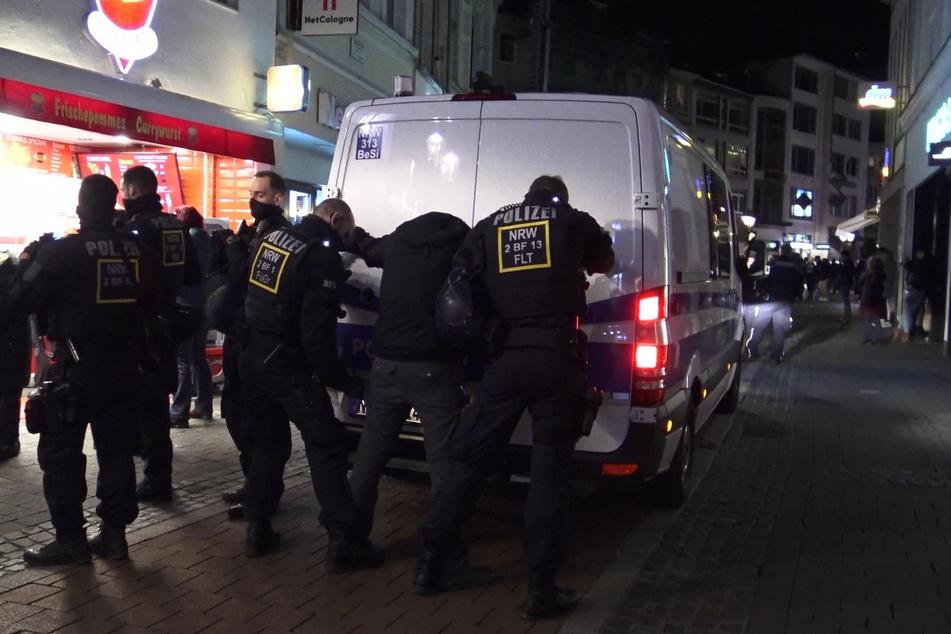 Am Samstagabend ist es in der Bonner Innenstadt zu einer untersagten Demo gegen die Corona-Schutzmaßnahmen gekommen.