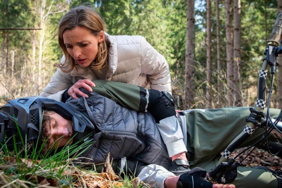 Cornelia (Deborah Müller) muss mit ansehen, wie Sohn Benni (Florian Burgkart) mit dem Rad verunglückt.