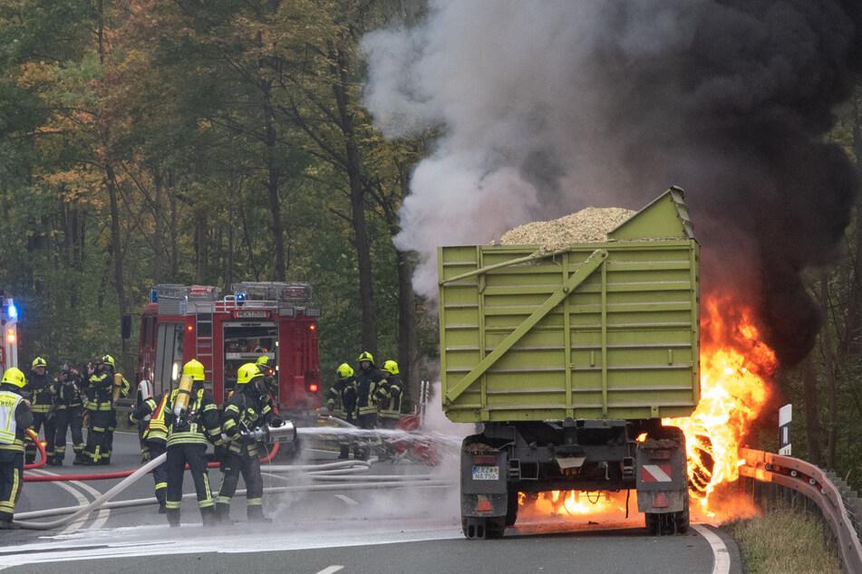 Traktorenbrand im Erzgebirge: Bundesstraße kurz nach Öffnung wieder gesperrt