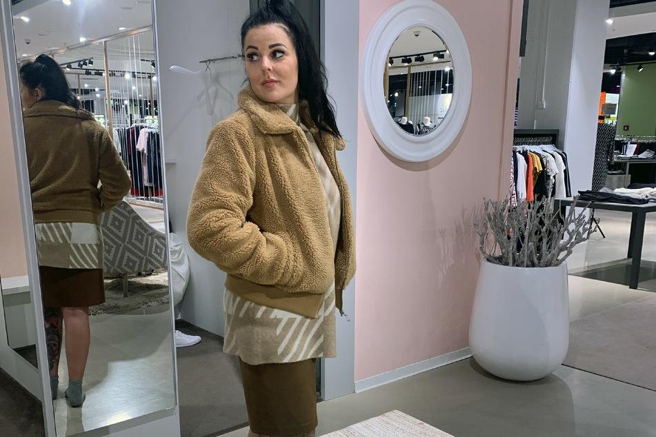 Die hübsche Leipzigerin Susann (30) entschied sich für Teddy-Jacke, Rollkragenpulli und Minirock.