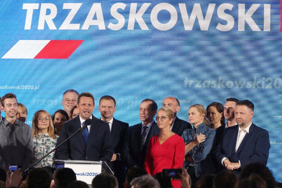 Rafal Trzaskowski (M,l), Bürgermeister von Warschau und Präsidentschaftskandidat von Polens größtem Oppositionsbündnis, spricht am Wahlabend nach der Präsidentschaftswahl zu seinen Unterstützern.