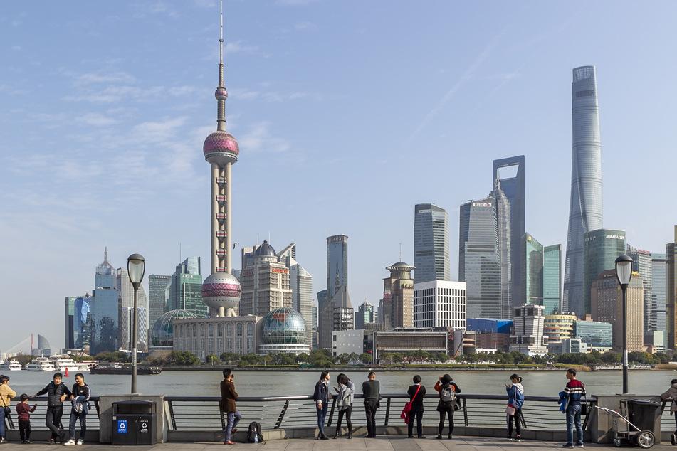 Touristen blicken auf die Skyline von Shanghai. Der zweite Sonderflug der deutschen Wirtschaft landet am Donnerstag in der Stadt. Am Wochenende war bereits ein erster Flieger mit 180 in China tätigen Managern, Technikern und anderen Vertretern der deutschen Wirtschaft sowie Angehörigen in Tianjin gelandet, die danach in 14-tägige Quarantäne gingen.