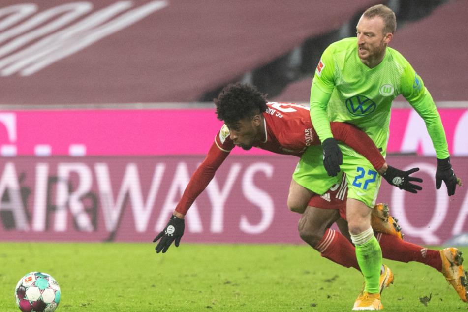 Kingsley Coman (24,l.) vom FC Bayern München und Maximilian Arnold (26) von Wolfsburg im Zweikampf um den Ball.