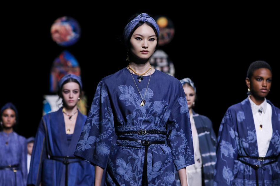 Models präsentieren Kreationen auf dem Laufsteg bei einer Modenschau der Dior-Kollektion Frühjahr-Sommer 2021.